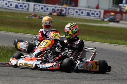 Verstappen fuori, Lennox si aggiudica manche e pole per la prefinale